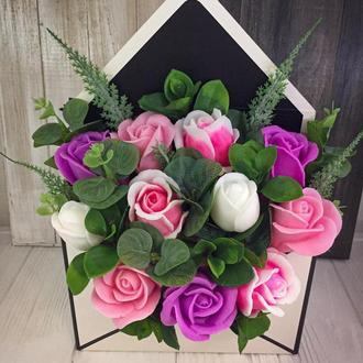 Букет з мильних троянд  в конверті 27.5х20х7см