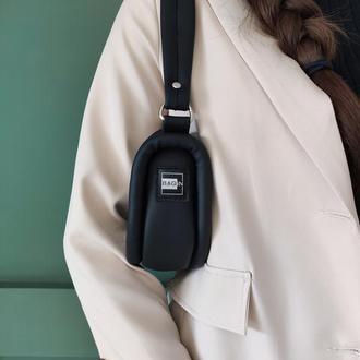 Маленькая черная сумочка из экокожи . Трендовая сумка . Черная сумка багет