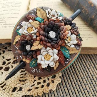 Заколка для волос из натуральной кожи на деревянной шпажке с цветочной композицией из хризантем