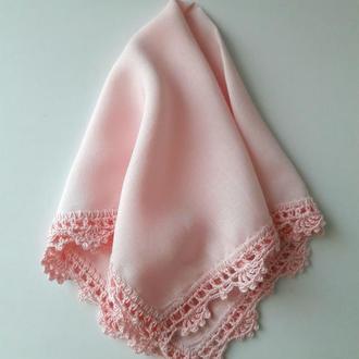 Нежно-розовый платочек с кружевной обвязкой