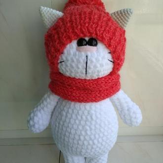 Вязаный плюшевый кот в шапке и снуде