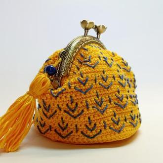 В'язаний жовтий гаманець