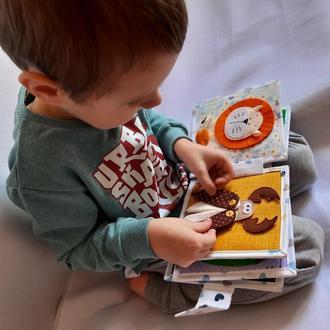 Развивающая книжка из ткани и фетра. Пасхальные кролики на обложке. Подарок на Пасху самым маленьким