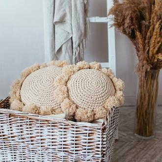 Декоративная подушка с помпонами в стиле бохо
