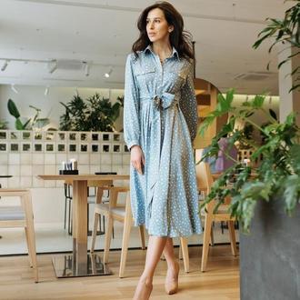 Голубое платье миди из штапеля с воротничком и поясом
