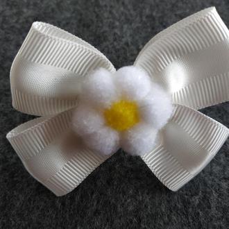 Резинка бант молочный с цветочком
