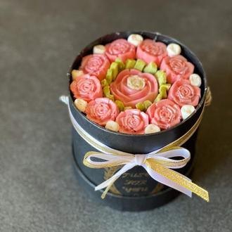 Букет из шоколадных роз в шляпной коробке с крышкой