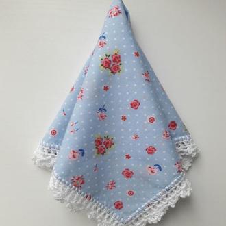 Голубой в горошек платочек с белым кружевом