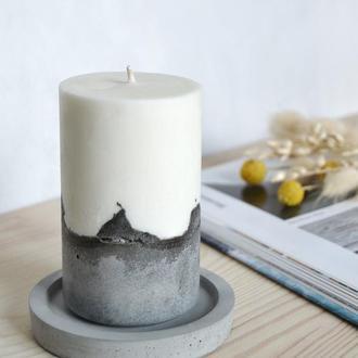 Соевая свеча на бетоне