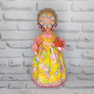 Кукла мотанка Берегиня с символом Алатырь и молодильное яблочко.