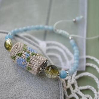 Регулируемый браслет с голубым халцедоном и бусиной из ткани с ручной вышивкой
