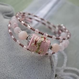Нежный браслет с эффектом памяти с кварцем, нефритом, бисером и бусиной ручной вышивки