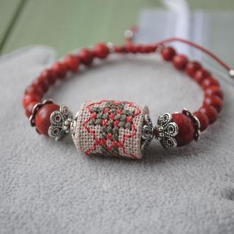 Регулируемый браслет с натуральным кораллом и бусиной из ткани с ручной вышивкой в этно стиле