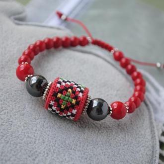 Регулируемый браслет с натуральным кораллом, гематитом и бусиной из ткани с ручной вышивкой в этно с