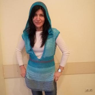 Туника с капюшоном, с большим выкатом и разрезами по бокам, бирюза, голубой серый, сеточка вязаная.