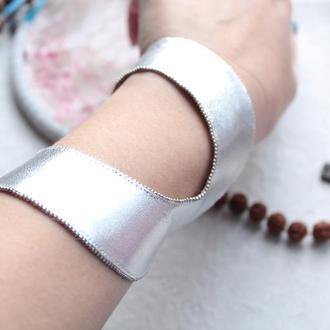 широкий кожаный браслет серебрянного цвета