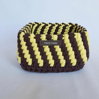 В'язана квадратна стильна коричнево - жовта кошик