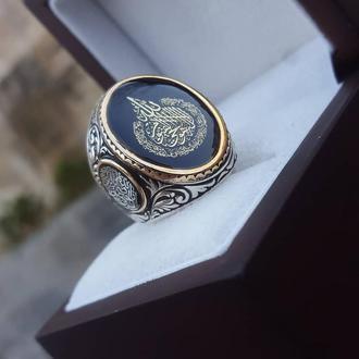 Перстень из благородного металла ручной работы с рисунком инициалами лого