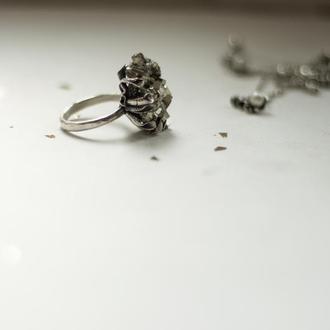 Коктейльное кольцо с камнем пиритом