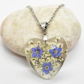 Кулон из смолы сердце с натуральными цветами внутри