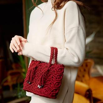 Червона сумка ручної роботи в стилі макраме