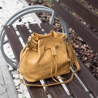 Сумка-мешок на шнурке из натуральной кожи CrazyHorse. Цвет жёлтый. Ручная работа