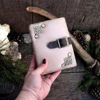 Маленький блокнотик в обложке из натуральной кожи.