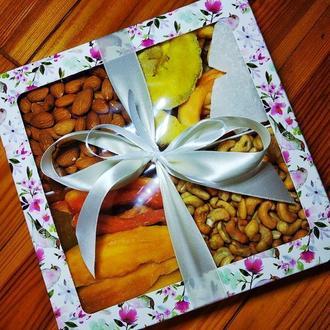 Подарочный бокс с орехами и фруктами