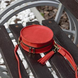 Круглая кожаная сумка с кисточкой красная