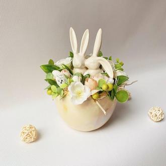 Пасхальна композиція з закоханими зайченятами у керамічному яєчку🐰