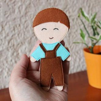 Фетровая кукла мальчик с одеждой