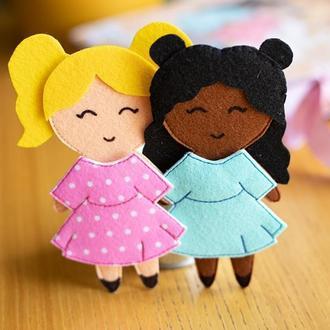 Две фетровые куклы с нарядами на липучках.