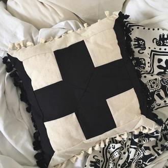 Подушка декоративная в стиле бохо с китичками, пэчворк, черный крестик.