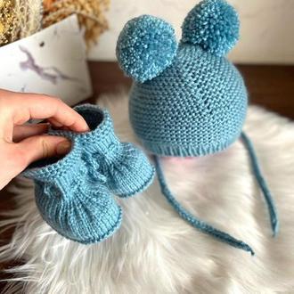 Вязанная шапочка и пинетки для новорожденного, Комплект для новорожденного. Подарок новорожденному