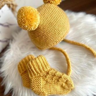 Комплект из шапочки и носочков для малыша   . Вязанная шапочка ..