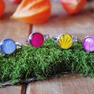 Кольца с лепестками цветов в смоле