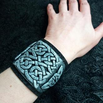 Широкий браслет з кельтським орнаментом з полімерної глини, основа з чорної натуральної замші.