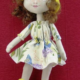 Текстильная кукла в панамке