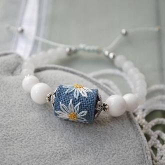 """Регулируемый браслет с белым агатом, халцедоном и бусиной из ткани с ручной вышивкой """"Ромашки"""""""
