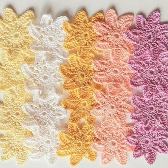 Набор вязаных декоративных элементов звёздочки цветочки,  одинаковой формы разного цвета