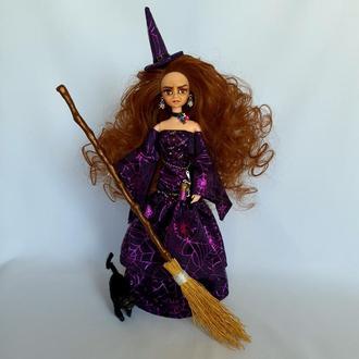 Ведьмочка, метла, черный кот, фиолетовое платье c принтом паутина