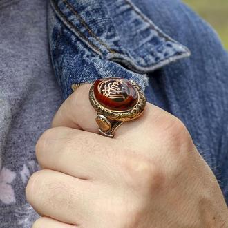 Перстень в восточном стиле из серебра с янтарем и гравировкой под эмалью ручной работы