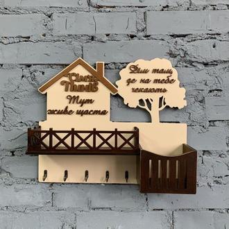 Ключница на стену в форме домика с полкой