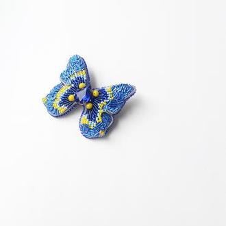 Брошь бабочка из бисера и кристаллов и пайеток.
