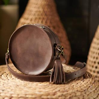 Круглая сумка с кисточкой через плечо Кросбади из кожи коричневая