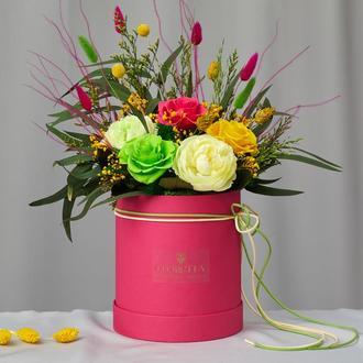 Букет «Цветочные фантазии» – живые стабилизированные цветы в шляпной коробке
