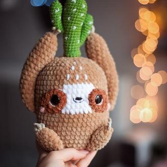 Вязаная игрушка ленивец плюшевый