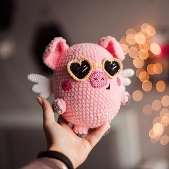 Вязаная игрушка плюшевая Свинка с крылышками