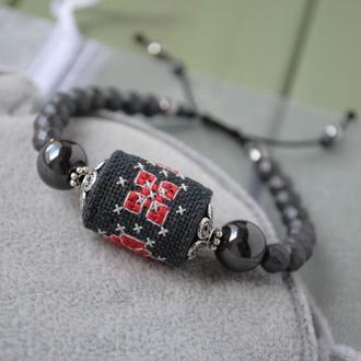 Этнический браслет с гематитом и бусиной из ткани с ручной вышивкой крестиком