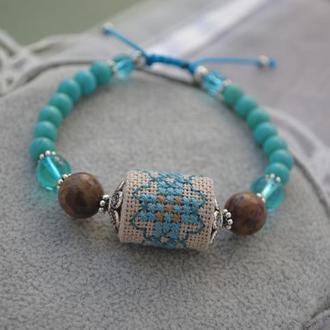 Этнический браслет с яшмой, бирюзой и бусиной из ткани с ручной вышивкой крестиком